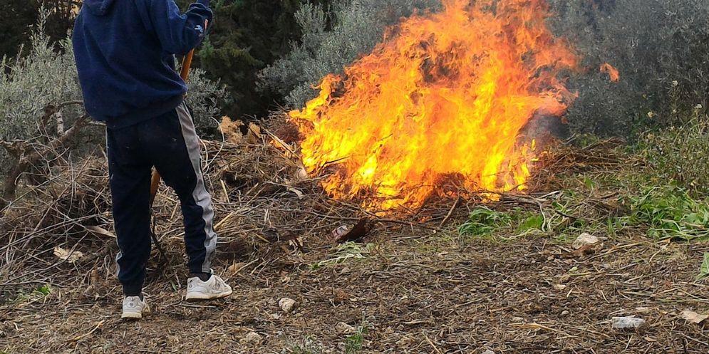 Brucia sterpaglie e viene investito dalle fiamme