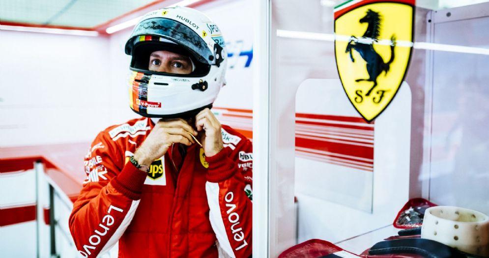 Sebastian Vettel nel box della Ferrari durante il GP del Bahrein di Formula 1