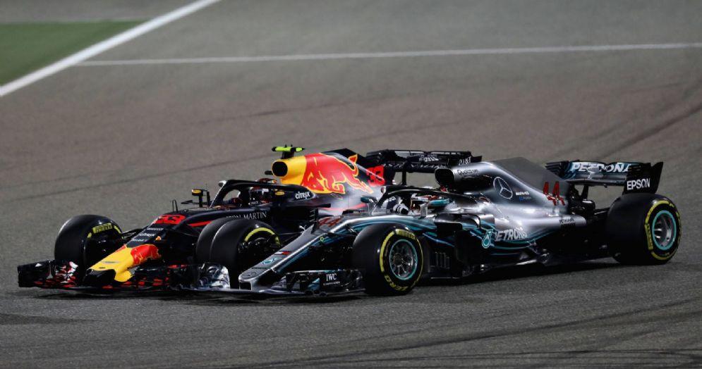 L'attacco di Max Verstappen (Red Bull) a Lewis Hamilton (Mercedes) durante il GP del Bahrein di F1