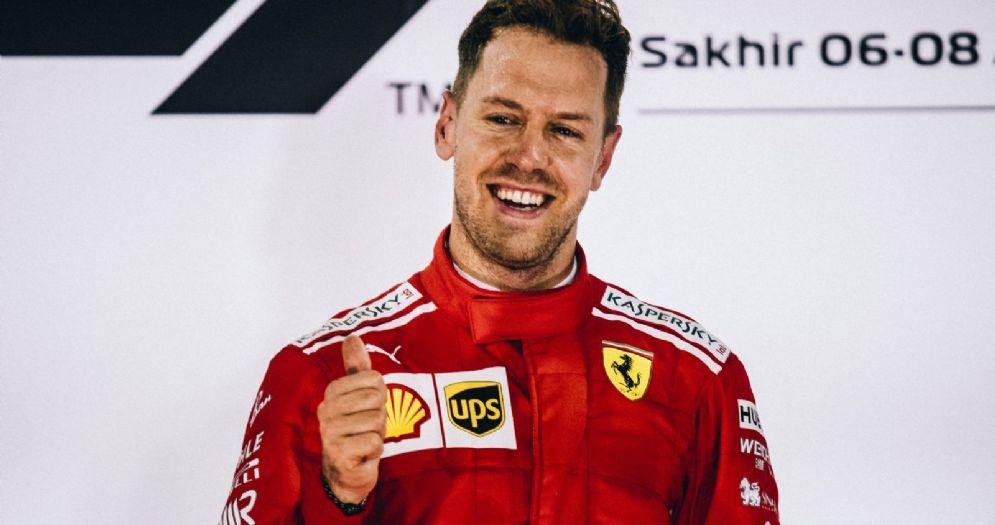 Sebastian Vettel esulta sul gradino più alto del podio del GP del Bahrein di F1