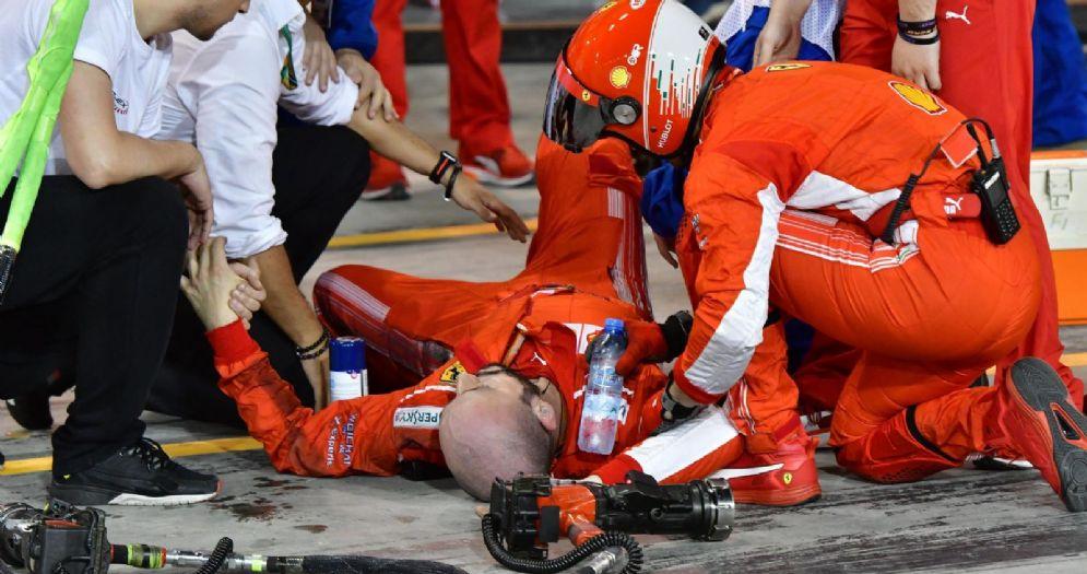 Francesco, meccanico di Kimi Raikkonen, steso a terra dopo essere stato travolto ai box in Bahrein