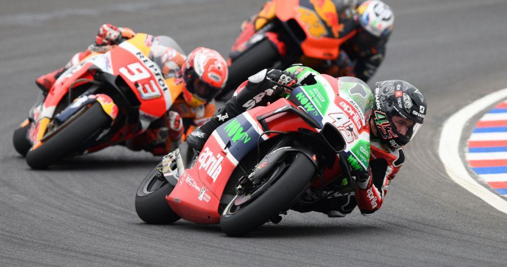 La Aprilia di Scott Redding davanti alla Honda di Marc Marquez durante il GP d'Argentina di MotoGP