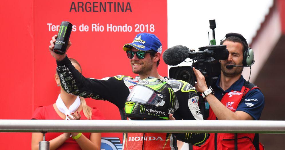Cal Crutchlow esulta sul podio del GP d'Argentina di MotoGP