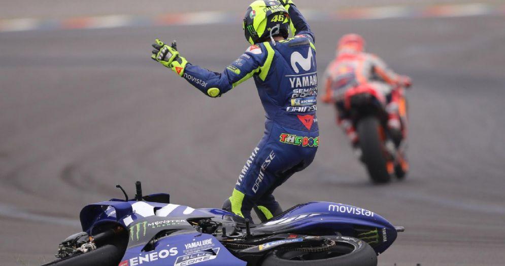 Valentino Rossi furibondo dopo il contatto con Marc Marquez durante il GP d'Argentina di MotoGP