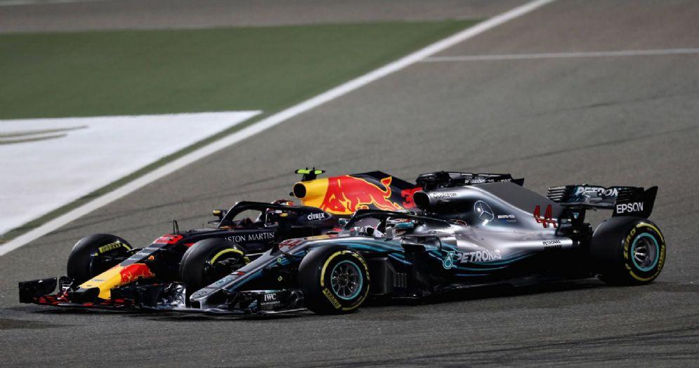 Il momento del contatto tra la Red Bull di Max Verstappen e la Mercedes di Lewis Hamilton durante il GP del Bahrein di F1