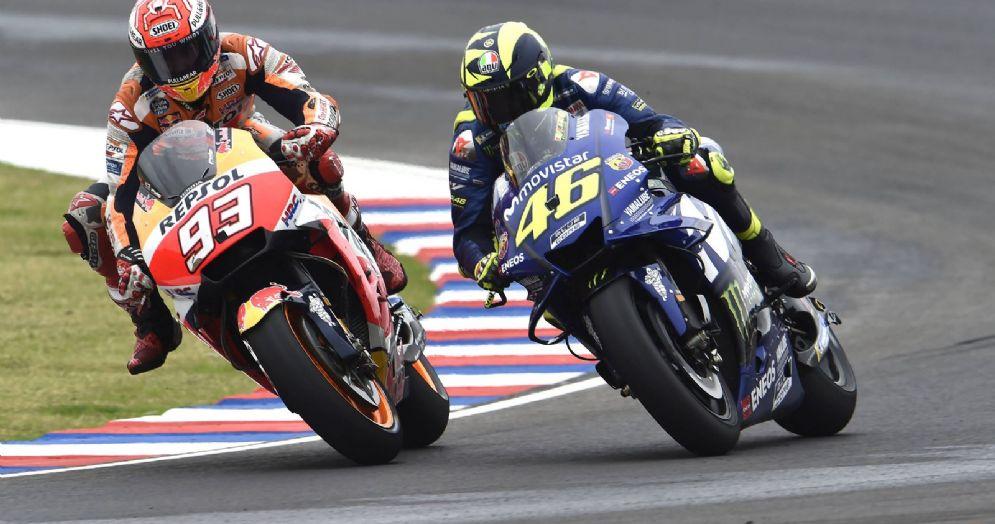 Il contatto tra la Honda di Marc Marquez e la Yamaha di Valentino Rossi durante il GP d'Argentina di MotoGP