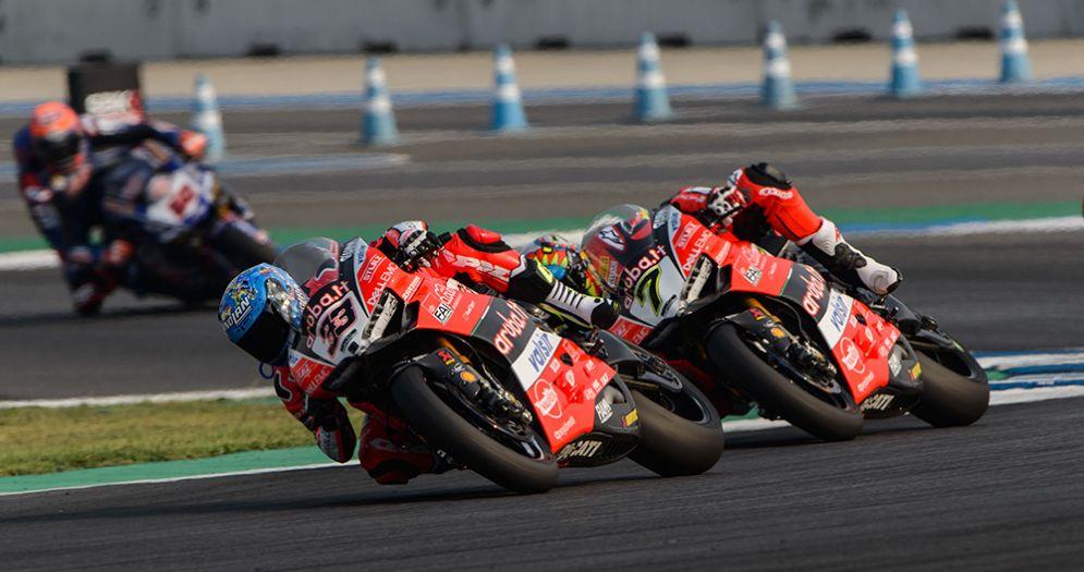 Le due Ducati di Marco Melandri e Chaz Davies in pista durante il weekend di Buriram della Superbike