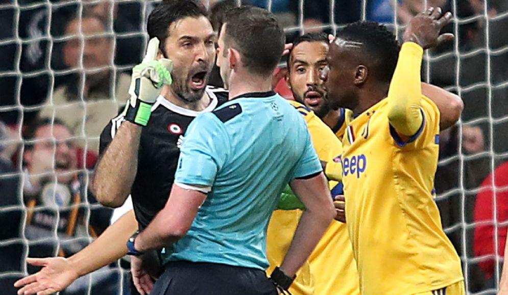 L'aggressione verbale di Buffon all'arbitro Oliver
