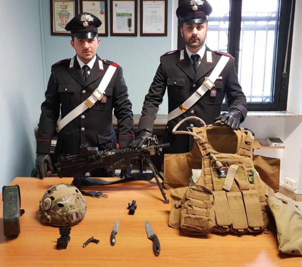 Armi (vere e finte) e giubbotto sequestrati dai carabinieri