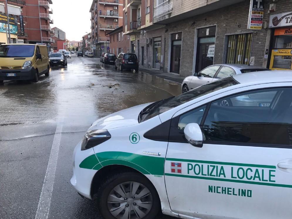 La strada allagata a Nichelino