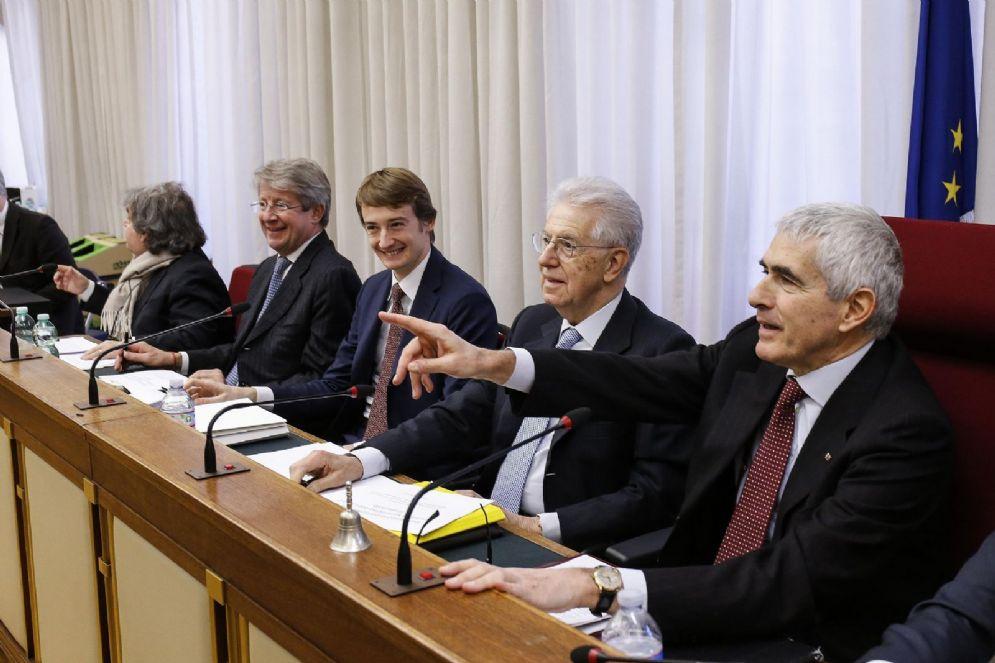 Il senatore Mario Monti e Pier Ferdinando Casini durante l'audizione alla Commissione parlamentare di inchiesta sul sistema bancario e finanziario