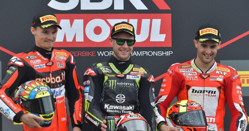 Il podio di gara-1 della Superbike ad Aragon: Jonathan Rea, Chaz Davies e Xavi Fores