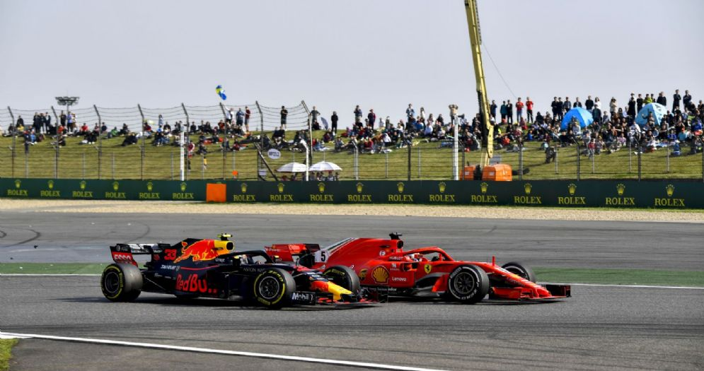 L'attacco di Max Verstappen (Red Bull) a Sebastian Vettel (Ferrari) durante il GP di Cina di F1