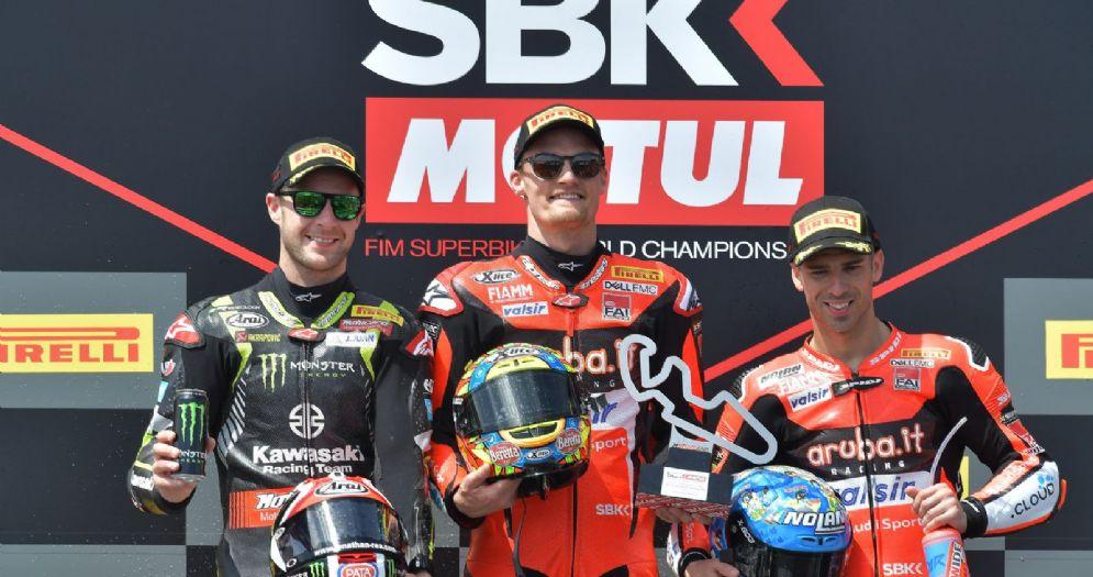 Il podio di gara-2 della Superbike ad Aragon: Chaz Davies, Jonathan Rea e Marco Melandri