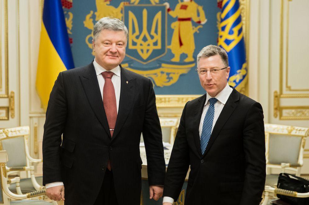 Il presidente ucraino Petro Poroshenko con l'inviato speciale Usa Kurt Volker.