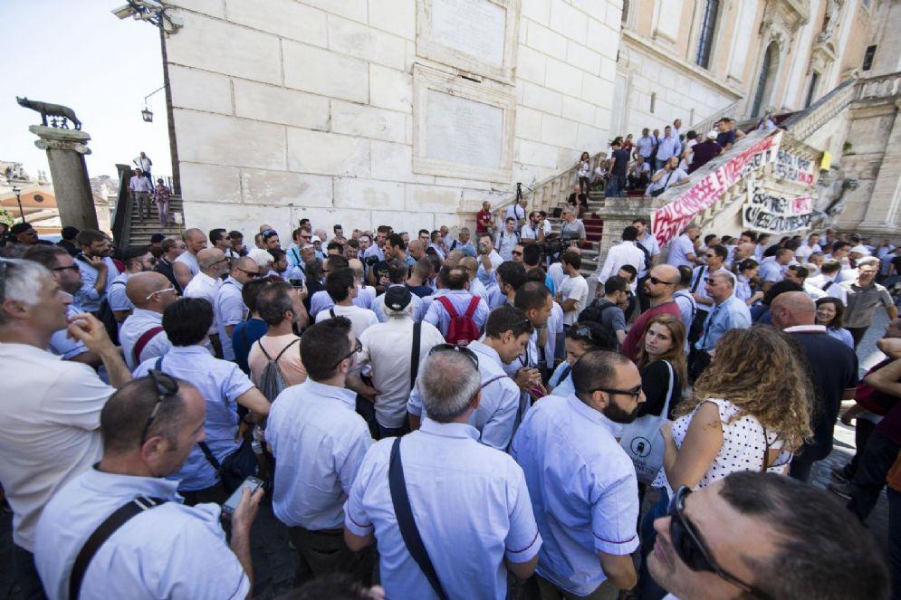Un momento di una manifestazione dei dipendenti dell'Atac sotto al Campidoglio