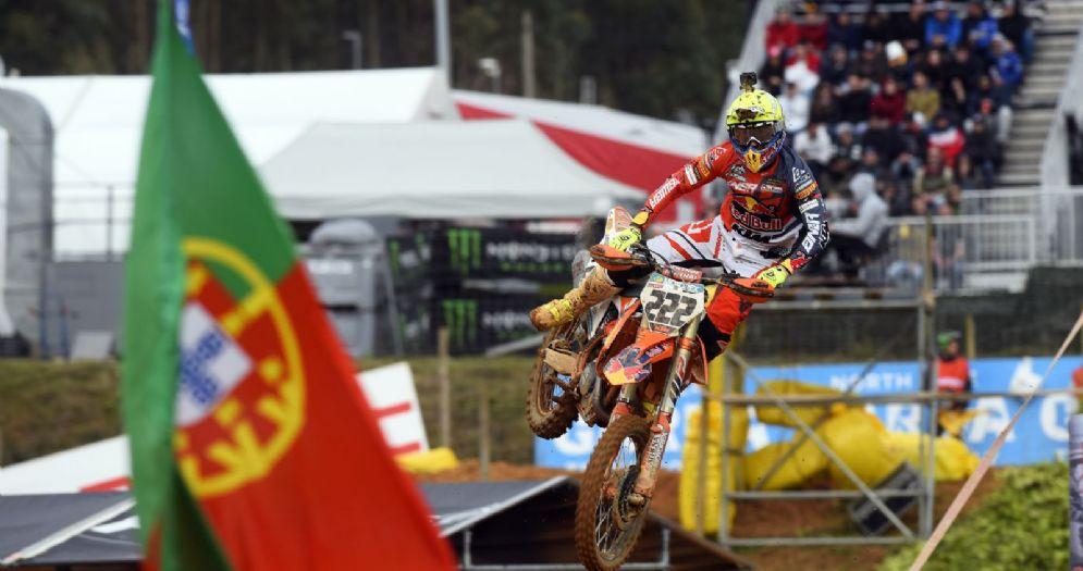 Tony Cairoli in sella alla sua Ktm nel GP del Portogallo di motocross