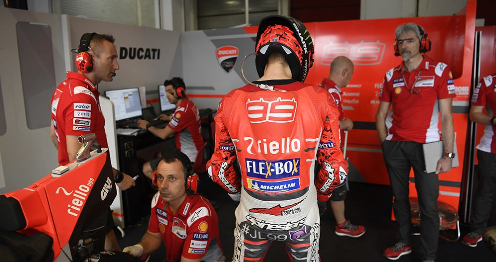 Jorge Lorenzo nel box della Ducati