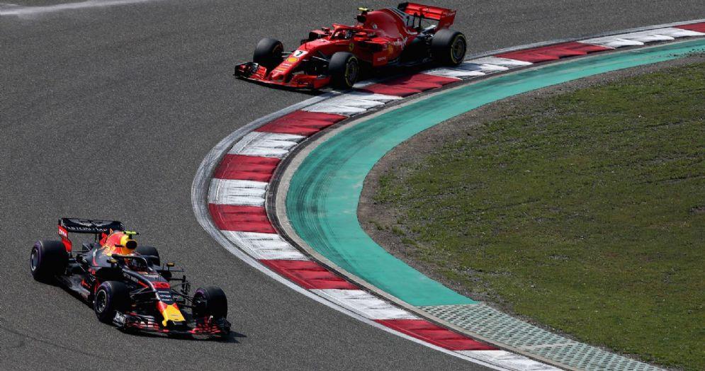 La Red Bull di Max Verstappen davanti alla Ferrari di Kimi Raikkonen nel GP di Cina di F1