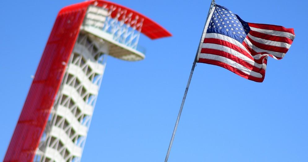 La famosa torre del circuito di Austin e la bandiera americana