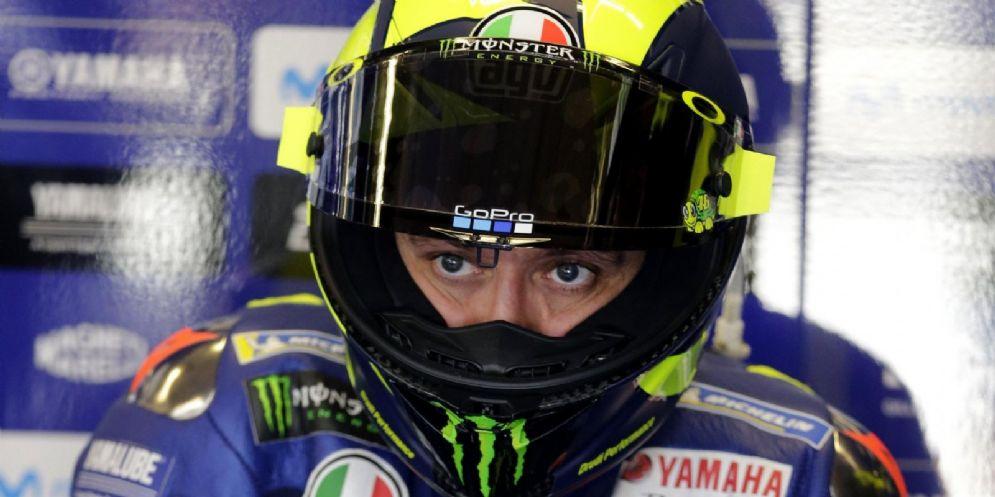 Valentino Rossi nel box della Yamaha durante le prove libere del Gran Premio di Austin di MotoGP