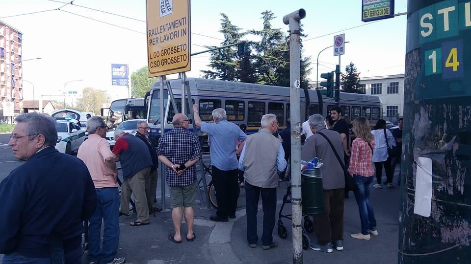 La folla riunitasi nel luogo dell'incidente