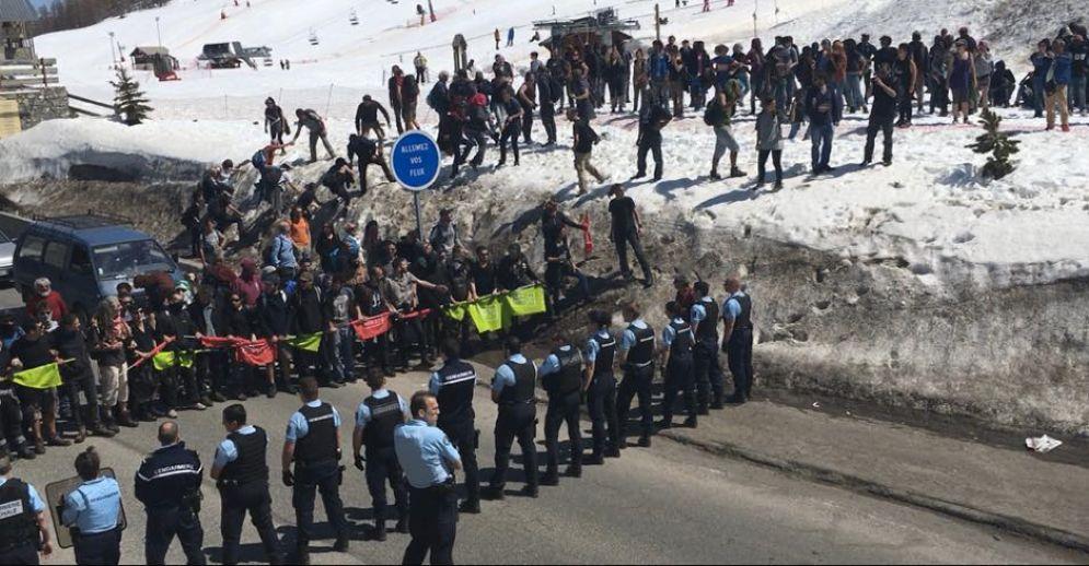 Il faccia a faccia tra Gendarmerie e il gruppo di attivisti e migranti