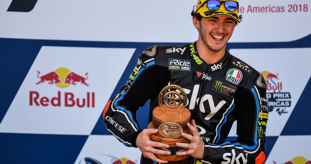 Pecco Bagnaia festeggia la vittoria del GP delle Americhe di Moto2 sul podio di Austin