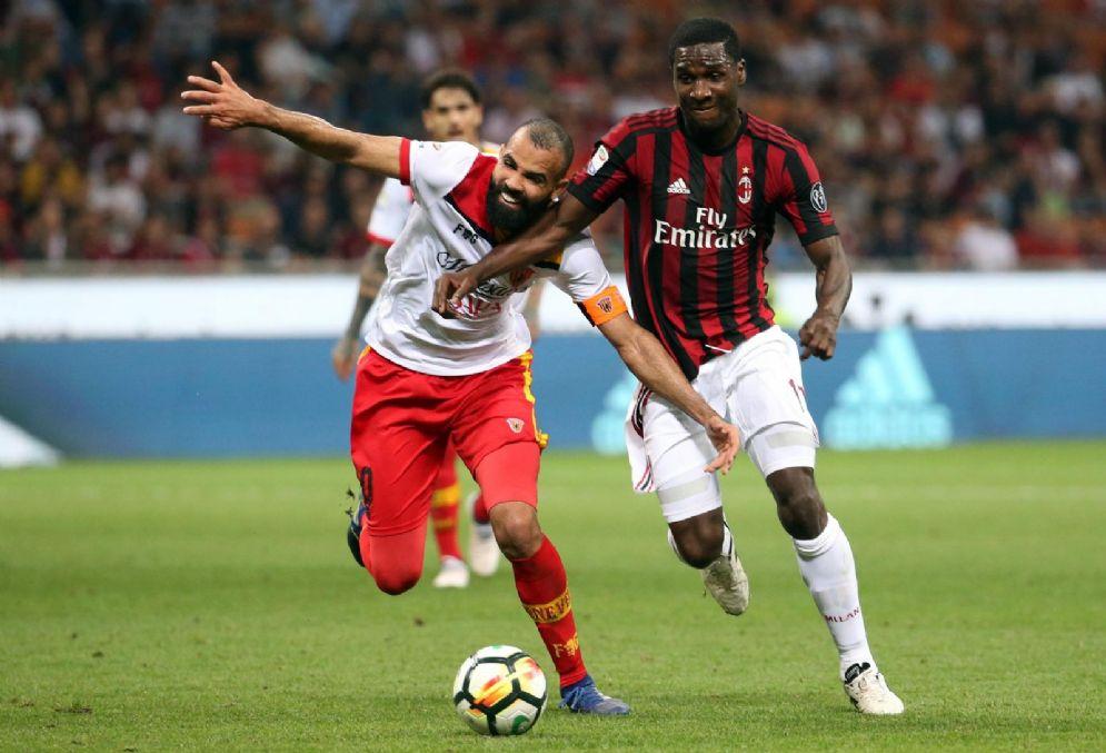 Il brasiliano Sandro a contrasto con Zapata durante Milan-Benevento