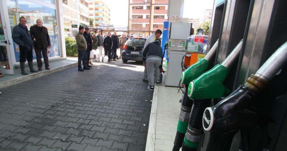Un benzinaio arrestato e quattordici indagati