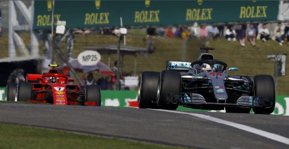 La Mercedes di Lewis Hamilton davanti alla Ferrari di Kimi Raikkonen nel GP di Cina di Formula 1