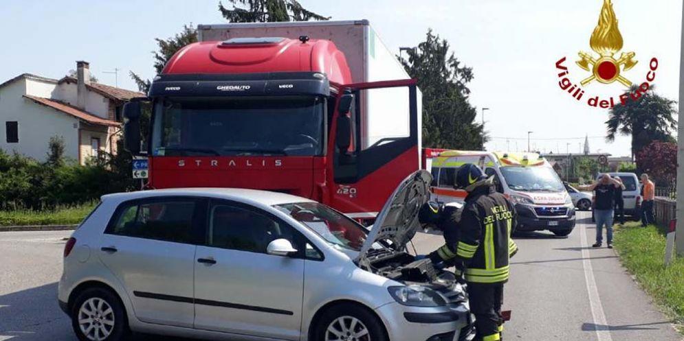 Scontro auto-camion sulla provinciale a San Vito al Tagliamento