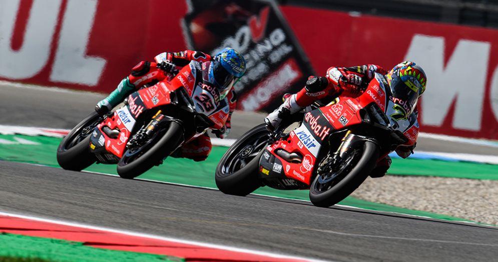 Le due Ducati di Marco Melandri e Chaz Davies in pista nella Superbike