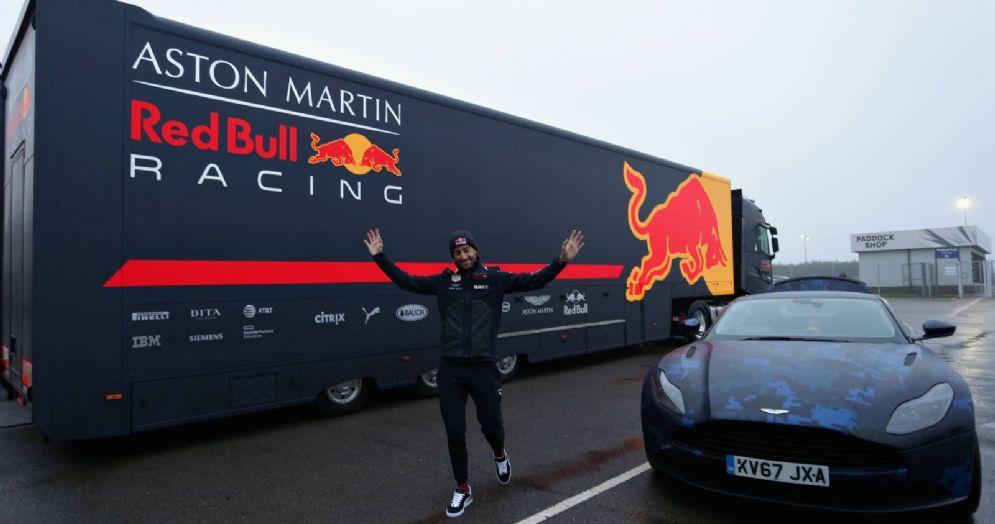 Daniel Ricciardo con una Aston Martin e il motorhome della Red Bull