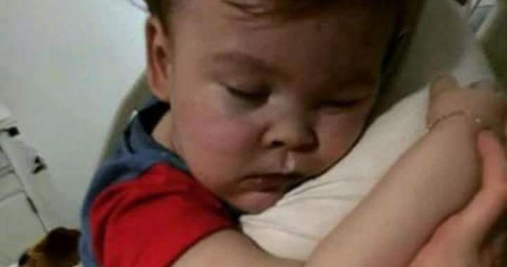 Alfie in una delle foto pubblicate dalla mamma del bambino, Kate James, su Facebook