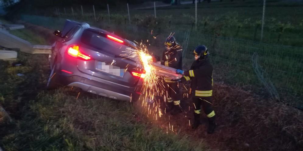 Si schianta sul guardrail lungo la A23: muore un 29enne