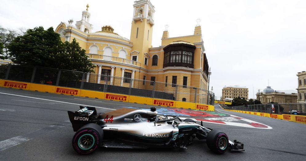 La Mercedes di Lewis Hamilton in pista durante il GP dell'Azerbaigian di F1
