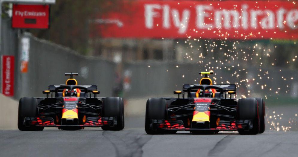 Il duello tra le due Red Bull di Daniel Ricciardo e Max Verstappen nel GP dell'Azerbaigian di F1