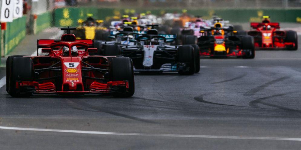 La Ferrari di Sebastian Vettel in testa al GP dell'Azerbaigian di F1 alla partenza
