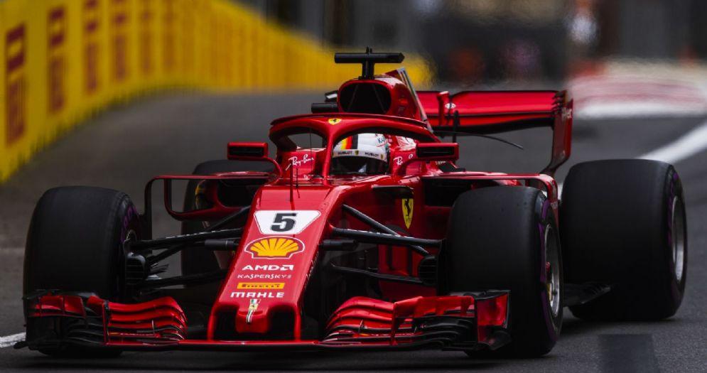 La Ferrari di Sebastian Vettel in pista durante il GP dell'Azerbaigian di F1