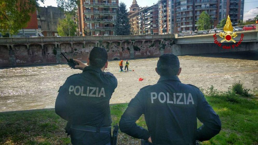 Un intervento dei vigili del fuoco e delle forze dell'ordine nella Dora (immagine archivio)