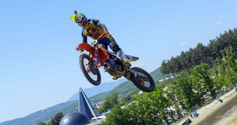 Tony Cairoli in sella alla sua Ktm nel GP di Russia di motocross