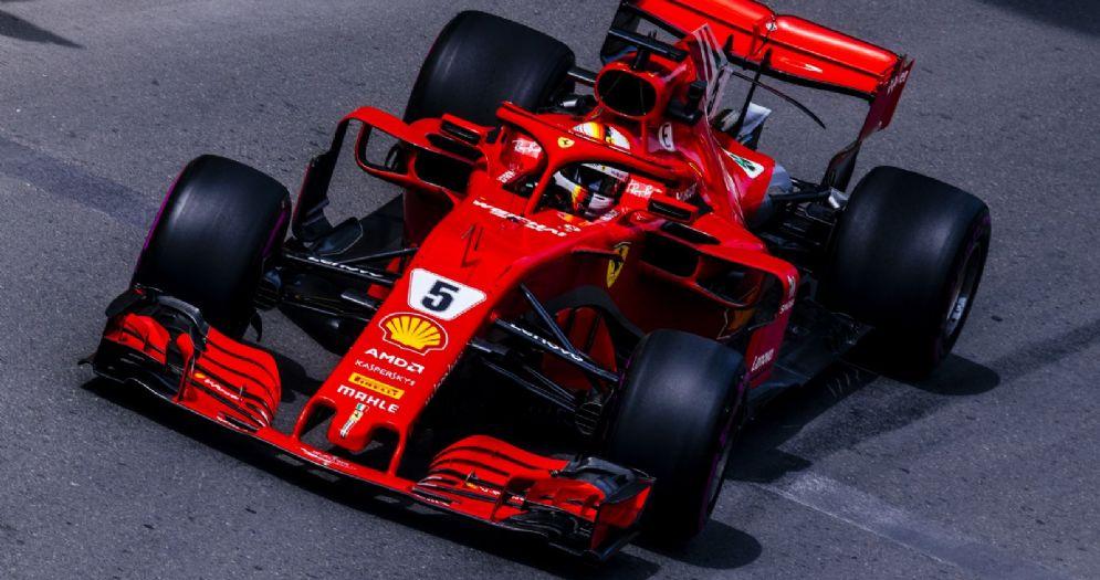 La Ferrari di Sebastian Vettel nella corsia box