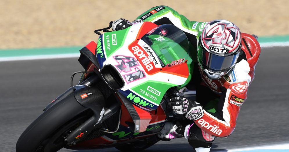 Aleix Espargaro in sella alla Aprilia durante le prove libere della MotoGP a Jerez