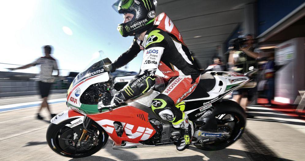 Cal Crutchlow, poleman del GP di Spagna di MotoGP, esce dai box di Jerez sulla sua Honda