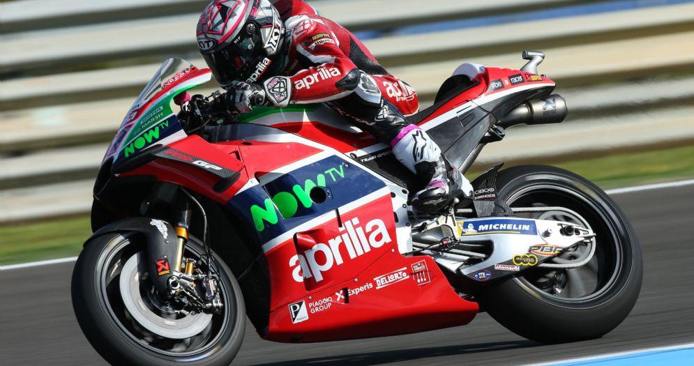 Aleix Espargaro in sella alla Aprilia durante le qualifiche della MotoGP a Jerez