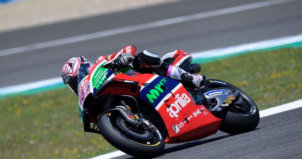 Aleix Espargaro in sella alla Aprilia durante il GP di Spagna della MotoGP a Jerez