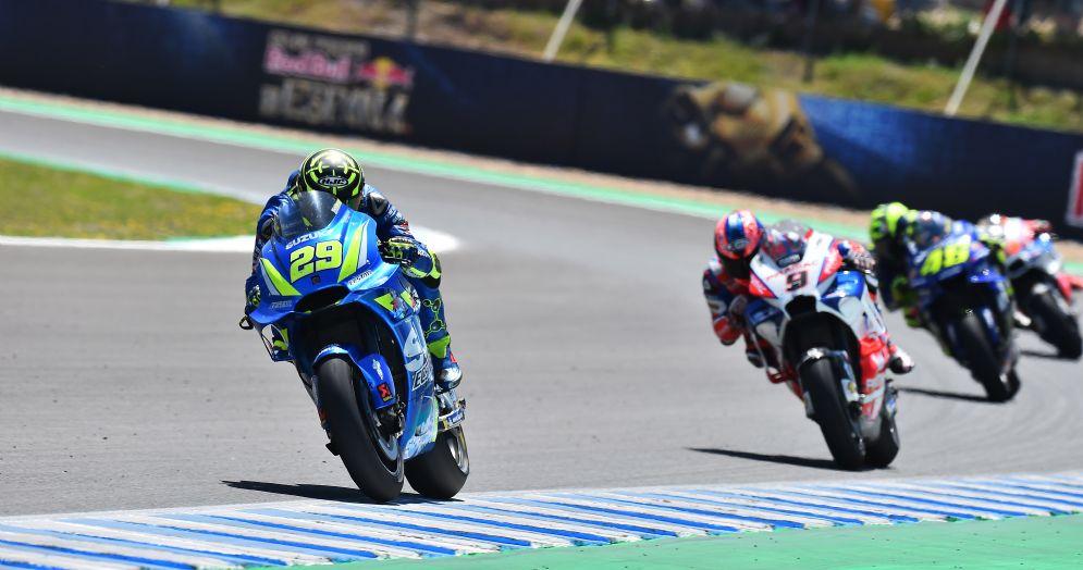 Andrea Iannone su Suzuki davanti a Danilo Petrucci su Ducati e Valentino Rossi su Yamaha nel GP di Spagna di MotoGP a Jerez