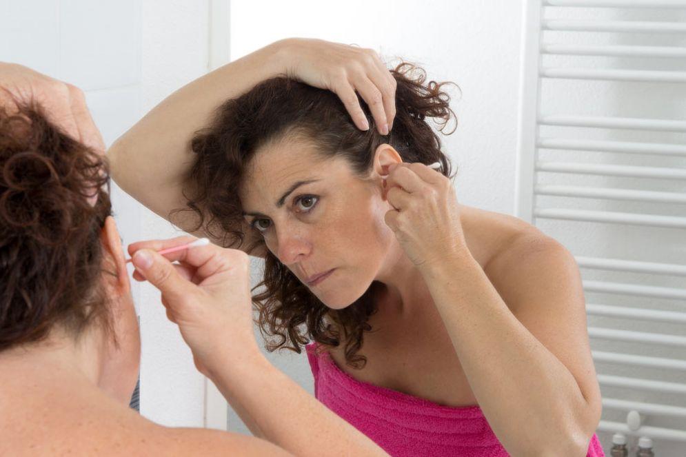 Donna trova una scarafaggio nell'orecchio