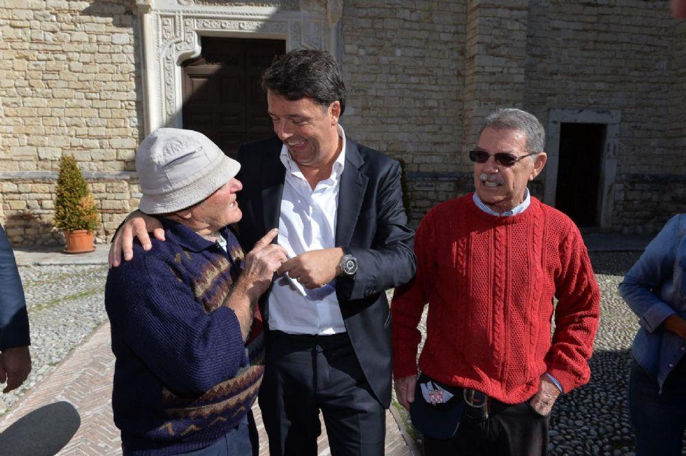 """Matteo Renzi durante una delle tappe del viaggio in treno del Pd """"Destinazione Italia"""""""